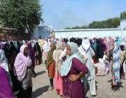 فیصل آباد: سرگودھا روڈ پرخواتین کی بڑی تعداد سماجی رابطے کی خلاف ورزی ..