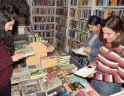 لاہور: مال روڈ کو پرا آرٹ گیلری میں طالبات کتابیں دیکھ رہی ہیں۔