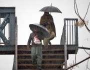 راولپنڈی: بارش سے بچنے کے لئے چھتریوں کی آڑ میں پیدل چلنے والوں کے پل ..