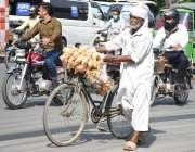 لاہور: ایک بزرگ محنت کش رزق کی تلاش میں معروف شاہراہ مال روڈ سے گزررہا ..