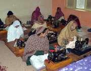 ملتان: صنعت زار میں تربیت کے دوران لیڈی طلباء کپڑے سلائی کرتے ہوئے۔