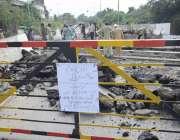 لا ہور: ریلوے مزدور مغلپورہ پھاٹک کی مرمت کا کام کر رہے ہیں، پھاٹک کو ..