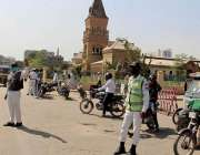 کراچی، کورونا وبا کیسز کے ایک بار پھر اضافے کے باعث ٹریفک پولیس اہلکار ..
