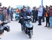کراچی: وزیر اعظم کے مشیر ملک امین اسلم  الیکٹرک وہیکل فیکٹری کے دورے ..