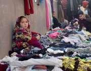 پشاور: سردی میں بچے گرم کپڑے فروخت کر رہے ہیں۔