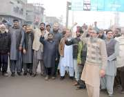 لاہور: گڈزٹرانسپورٹرز راوی روڈ پر اپنے مطالبات کے حق میں مظاہرہ کررہے ..