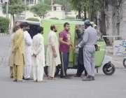 لاہور، کورونا وائرس کے باعث لاک ڈائون کے باعث ناکے پر پولیس اہلکار ..