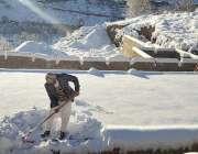 جنوبی وزیرستان: علاقے میں شدید برف باری کے بعد ایک مکین اپنے گھر کی ..