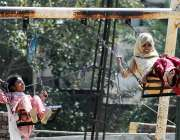 ملتان: بچے مقامی پارک میں جھولوں سے لطف اندوز ہو رہے ہیں