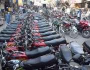 لاہور: انارکلی بازار میں قائم غیر قانونی پارکنگ اسٹینڈ خریداری کیلئے ..