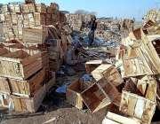 راولپنڈی: ایک مزدور  لکڑی کے ڈبے تیار کررہا ہے۔