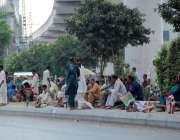 لاہور: چوبرجی میں بڑی تعداد میں مزدور روزگار کے حصول کیلئے بیٹھے ہوئے ..