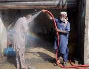 کراچی : رمضان المبارک میں سخت گرمی سے ستایا ایک شخض سروس اسٹیشن پر نہار ..