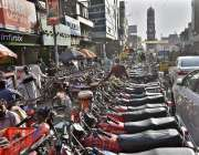 فیصل آباد، کچہری بازار میں موٹر سائیکلوں کی پارکنگ کی وجہ سے ٹریفک ..