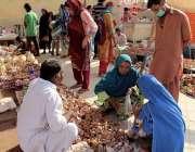 کراچی، دیوالی کیلئے ہندو خواتین لائٹ ہائوس پر مندر میں سٹال سے خریداری ..
