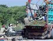 راولپنڈی: شہر کے کھنہ پُل میں مزدور  تربوز کو لوڈ کرنے میں مصروف ہیں۔