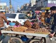 سرگودھا: اردو بازار میں خشک میوہ فروخت کرتے ہوئے ایک دکاندار