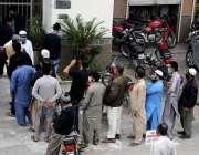 راولپنڈی، نجی بینک کے باہر پینشن اور تنخواہوں کے حصول کیلئے شہری قطار ..