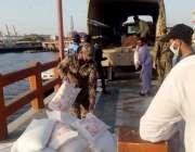 کراچی، پاکستان کوسٹ گارڈز کی جانب سے ماہی گیروں میں راشن تقسیم کیا ..