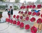 راولپنڈی: سڑک کنارے ایک دکاندار پھولوں کے خوبصورت گلدستے بیچ رہا ہے
