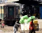 لاہور : ایک شخص قلی کی مدد سے ٹرین کے ذریعے منگوایا گیا سامان لے کر جارہا ..