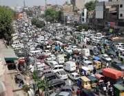 لاہور : لاک ڈاؤن میں نرمی کے بعد سرکلر روڈ پر گاڑیوں کا رش۔