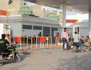 کراچی: پیٹرول کی سپلائی متاثر ہونے کی وجہ سے پیٹرول پمپ بند پڑا ہے۔