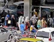 راولپنڈی: لاک ڈاون میں نرمی کے باعث صدر بازار میں عید کی خریداری کرنے ..
