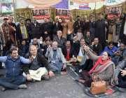 لاہور صحافی اپنے مطالبات کے حق میں احتجاج کررہے ہیں