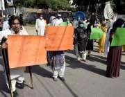 لاہور :مختلف فیکٹریوں کے مزدور اپنے مطالبات کے حق میں احتجاج کررہے ..