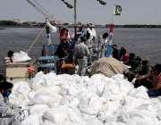 کراچی، پاکستان نیوی کی جانب سے ماہی گیروں میں راشن تقسیم کرنے کیلئے ..