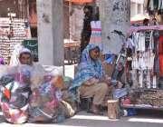 لاہور: ایک بزرگ جوڑا  سڑک کنارے پر روزی روٹی کے لئے مختلف اشیا فروخت ..