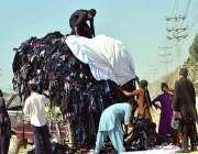 حیدرآباد:  پرانے گرم کپڑوں کو بازاروں میں شفٹ کرنے کے لئے مزدور گاڑی ..
