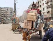 کراچی: ایک بچہ گدھا گاڑی پرغفلت کا مظاہرہ کر کے بورے پر بیٹھ کر جارہا ..