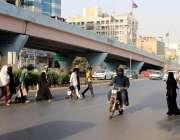 کراچی، شاہراہ فیصل پر شہری انتہائی خطرناک غفلت کے ساتھ سڑک کراس کر ..