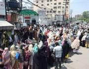 لاہور : لاک ڈاؤن کے باعث کئی روز بعد ملنے والے نادرا کے شملہ پہاڑی چوک ..