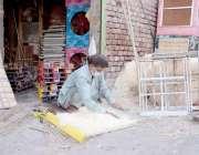لاہور: کاریگر از کولروں کی خسیں تیار کر رہا ہے