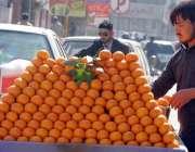 راولپنڈی:۔ ایک ریڑھی فروش ما لٹے سجائے گا گاہکوں کا منتظر ہے۔