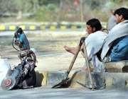 اسلام آباد: مزدور اپنے اوزار کے ساتھ سڑک کے کنارے بیٹھے اپنے روز مرہ ..