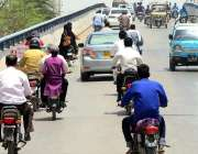 حیدرآباد: جزوی طور پر لاک ڈاؤن کے دوران لطیف آباد کے فلائی اوور پر جارہی ..