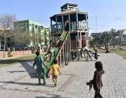 فیصل آباد: بچے پارک میں سلائیڈز سے لطف اندوز ہوتے ہوئے۔