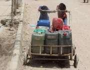 کراچی: لیاری ہنگو را آباد میں پانی کی قلت کے باعث بچے خالی کین ہاتھ میں ..