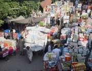 لاہور : دکاندار جوتوں کی مارکیٹ میں خریدوفروخت کر رہے ہیں۔