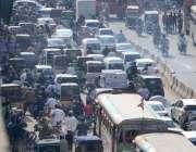 کراچی: مرکزی صدر کے علاقے بڑے پیمانے پر ٹریفک جام ہونے کا ایک منظر۔
