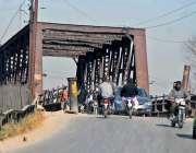 راولپنڈی: ڈھوک رتہ ریلوے پل سے گاڑیاں گزررہی ہیں۔