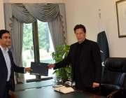 اسلام آباد: وزیراعظم عمران خان کو ٹیلی نار کے سی ای او عرفان وہاب وزیراعظم ..