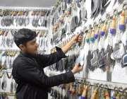 لاہور : ایک عزادار عاشور محرم پرماتم کیلئے زنجیریں اور چھریاں خرید ..