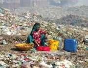 حیدرآباد: مکی شاہ کے علاقے میں کچرے کے ڈھیر کے بیچ بیٹھ کر ایک خانہ بدوش ..