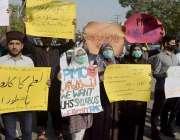 لاہور، طلباء و طالبات اپنے مطالبات کے حق میں احتجاج کر رہے ہیں۔