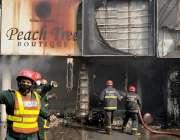 لاہور، ریسکیو اہلکار لبرٹی مارکیٹ گلبرگ میں لگنے والی آگ پر قابو پانے ..